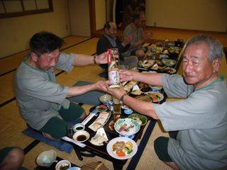 平川会長から記念品を受け取る松原さん��_640.jpg